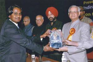Mr. Ashwin Kumar receiving the award