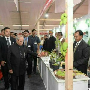 Kishan Suman (extreme right) showcasing his developed mango variety to Ex President Pranav Mukherjee